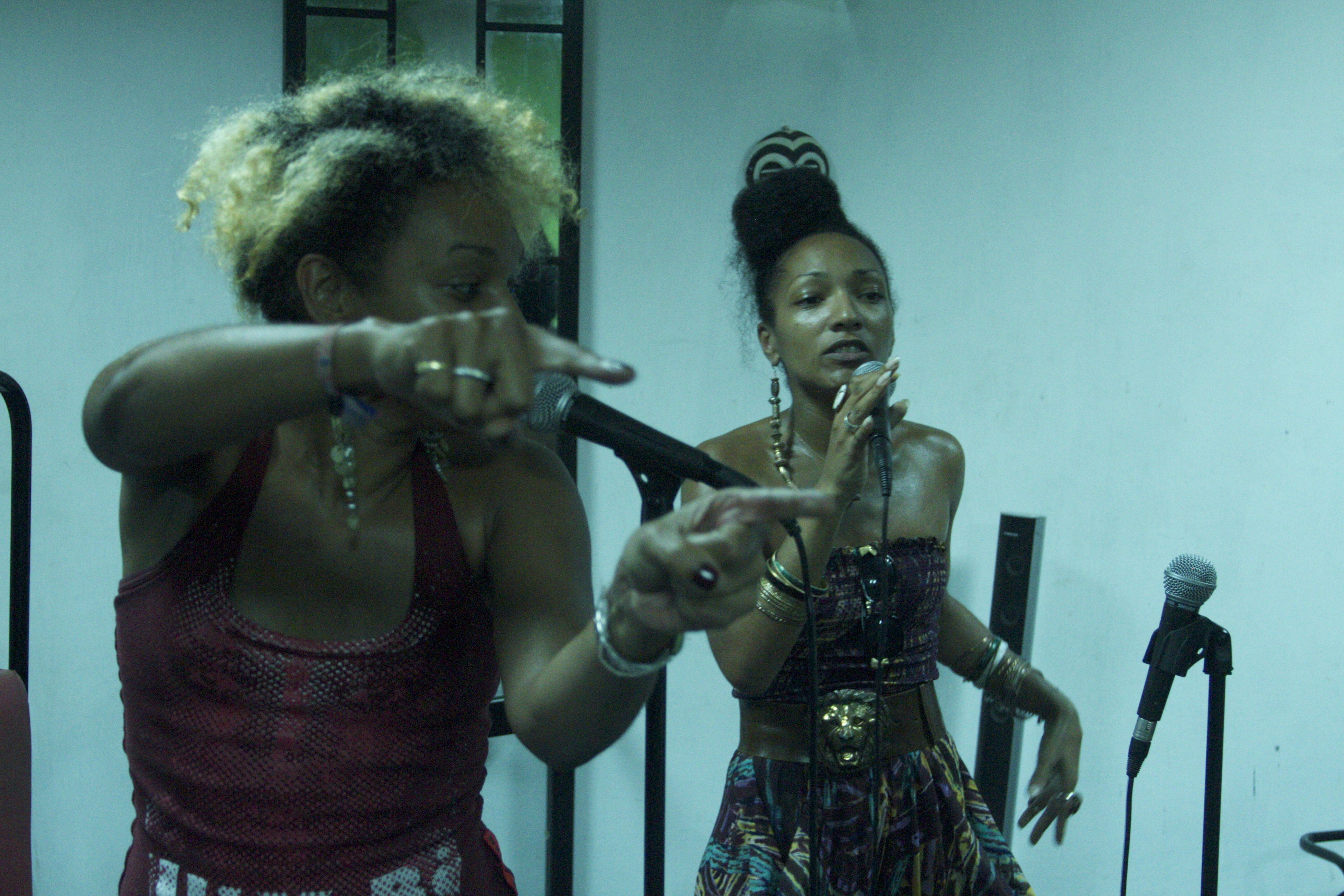 Les Nubians - Accra dot Alt